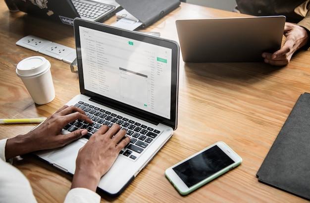 ノートパソコンで作業するビジネスマン