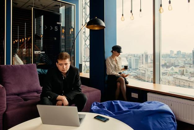 Деловые люди, работающие над стратегией запуска в современном офисе с панорамным видом на город