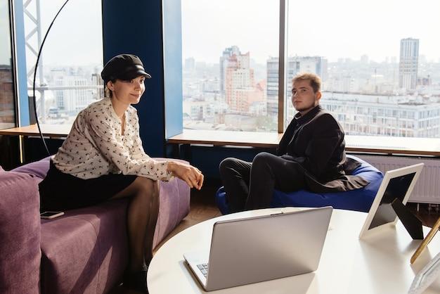 현대 사무실에서 시작 전략에 종사하는 사업 사람들