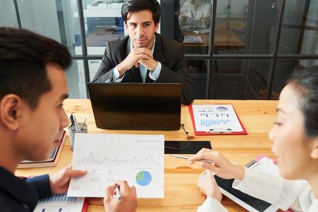 戦略について働くビジネスマン