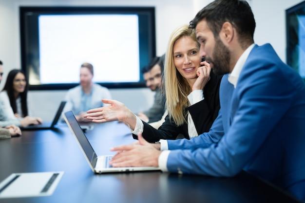 オフィスでチームとして一緒に働くビジネスマン