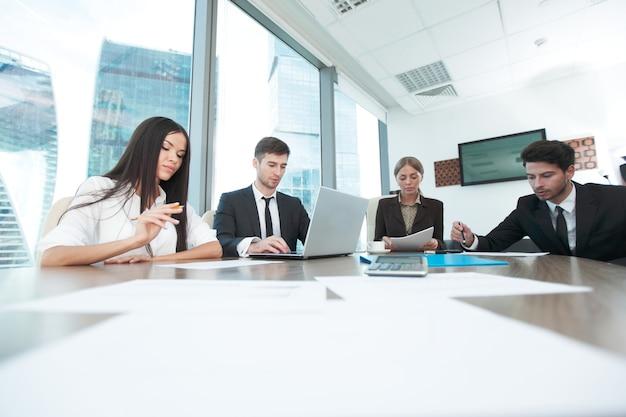 Деловые люди, работающие вместе на встрече в современном офисе