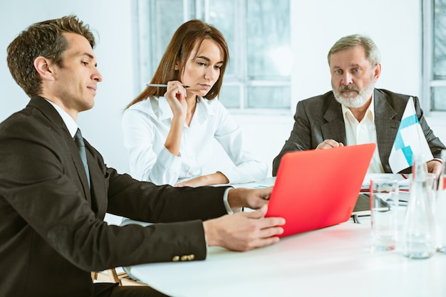 Gli uomini d'affari che lavorano insieme al tavolo.