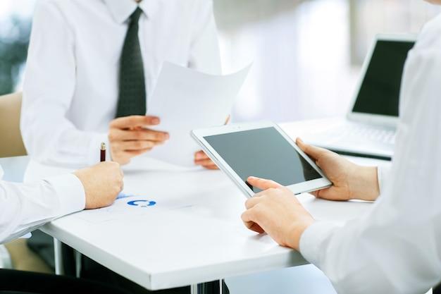 デジタルタブレットで作業するビジネスマン