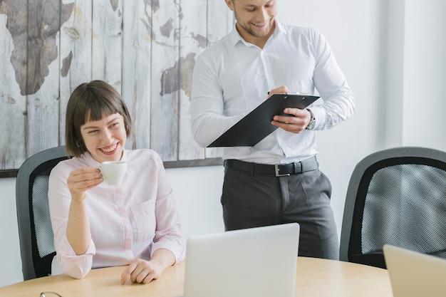 オフィスでラップトップを使って作業するビジネスマン
