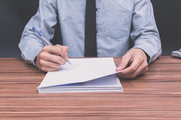 비즈니스 사람들이 문서에 쓰기