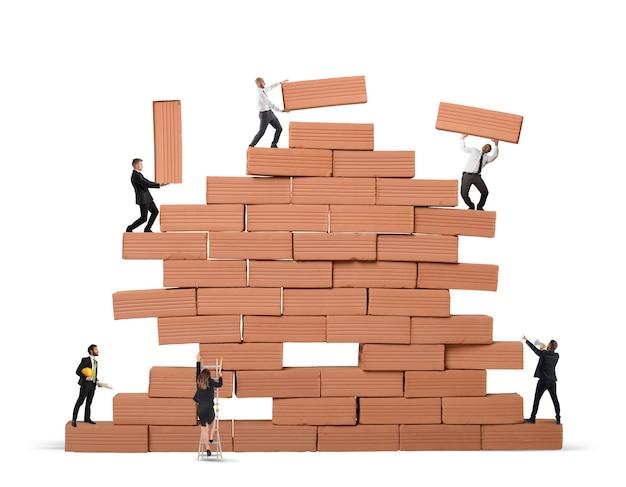 Деловой человек построил большую кирпичную стену