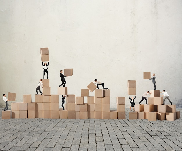 Деловой человек построил конструкцию из деревянных кубиков