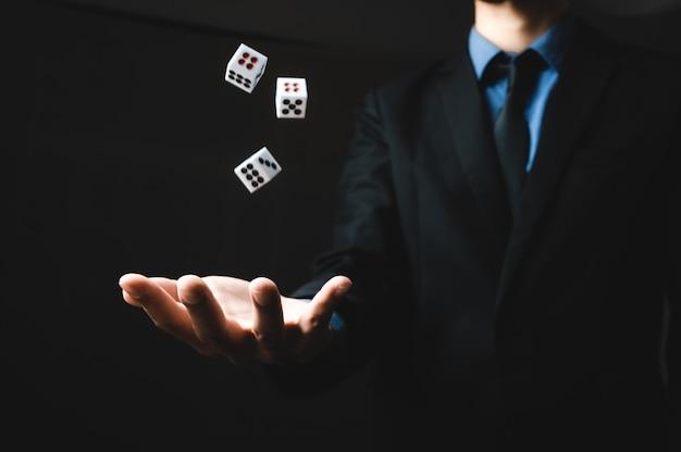 Деловая рука человека бросает кости, концепция бизнес-азартной игры
