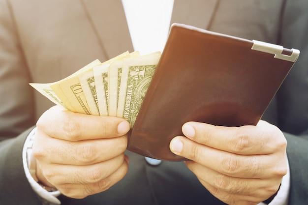 Деловой человек, держащий бумажник в руках человека, без денег, мало денег. бедность бедная банкротство в концепции.