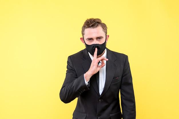 沈黙のジェスチャーを作るビジネスパーソン