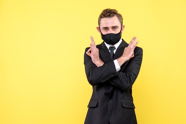 Persona di affari che mostra gesto di timeout su giallo