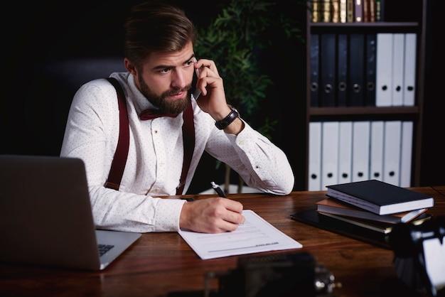전화로 말하는 비즈니스 사람