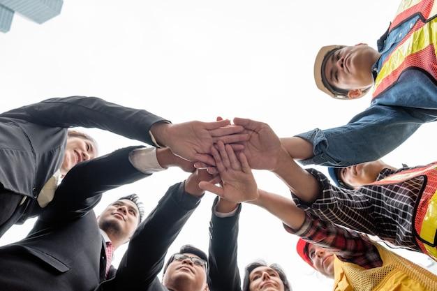 エンジニアグループを持つビジネスパーソンは、調整の手を積み重ねて、ローアングルの視点を取ります