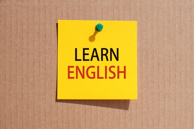ビジネスフレーズ-英語を学ぶ-黄色の正方形の紙に書かれ、板紙に固定された、コンセプト
