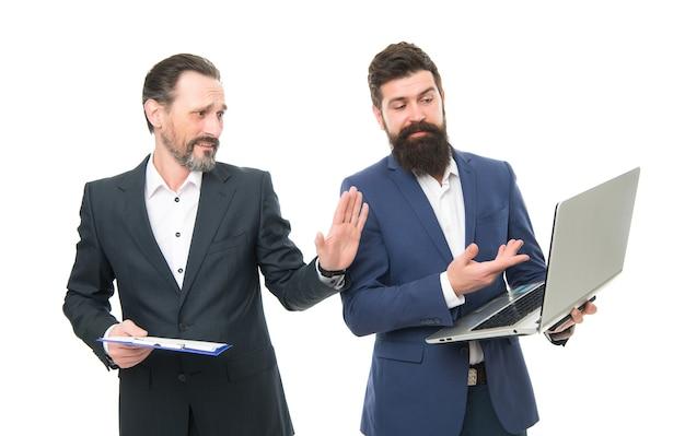 사업 계획. 비즈니스 디렉터 또는 보스가 인터넷을 서핑합니다. 회계용 소프트웨어. 비즈니스 회의입니다. 남자 수염된 관리자는 재무 보고서 노트북을 보여줍니다. 진행 상황에 대해 논의합니다. 동료들이 함께 일합니다.