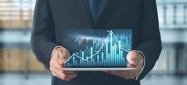 사업 계획 그래프 성장 및 그의 사업에서 차트 긍정적 인 지표의 증가, 손에 태블릿