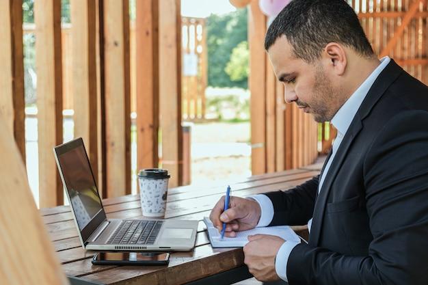 Деловой портрет ведущего полевого менеджера. человек составляет список дел в дневнике.