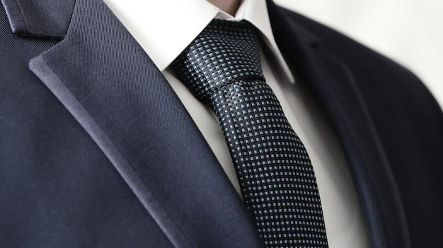 Business power, деталь крупным планом - куртка мужская, рубашка с синим галстуком