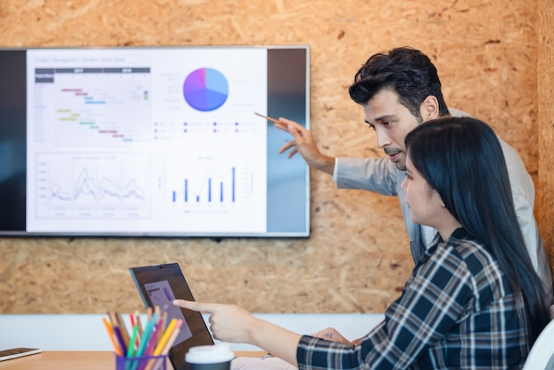 Бизнес присутствует рабочая группа. коллеги по бизнесу говорят о плане или новом проекте. использование ноутбука во время встречи и подарков.