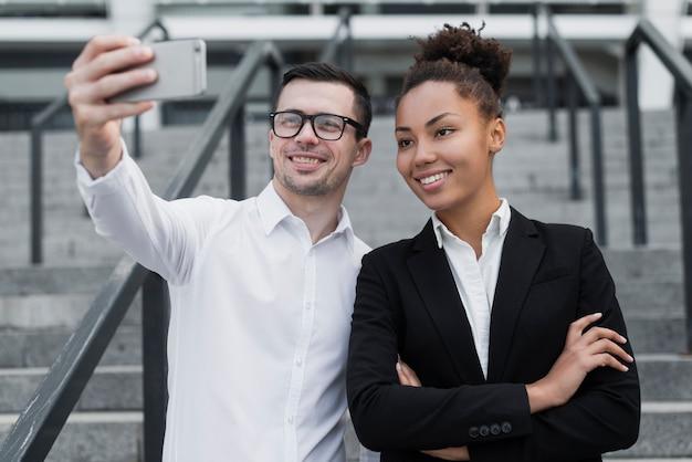 Professionisti aziendali che prendono un selfie