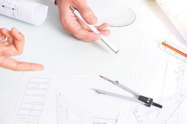 ビジネスプロジェクトチームワーク計画新しいスタートアッププロジェクト財務マネージャー会議デジタルタブレット