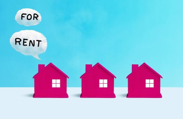 モデルハウスと不動産のテキストを使用したビジネスプロパティの概念。金融または銀行のアイデア