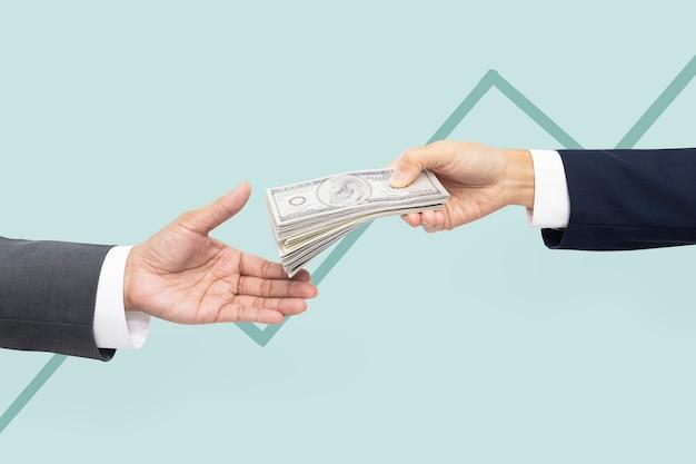 Proposta commerciale acquisto mani che tengono soldi
