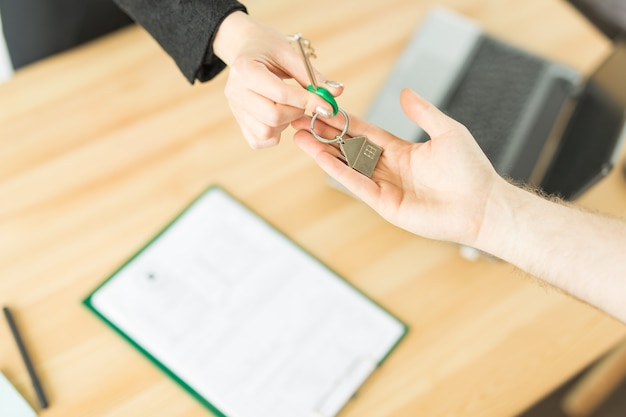 ビジネス、不動産業者、人々の概念-署名不動産購入取引のための重要な文書
