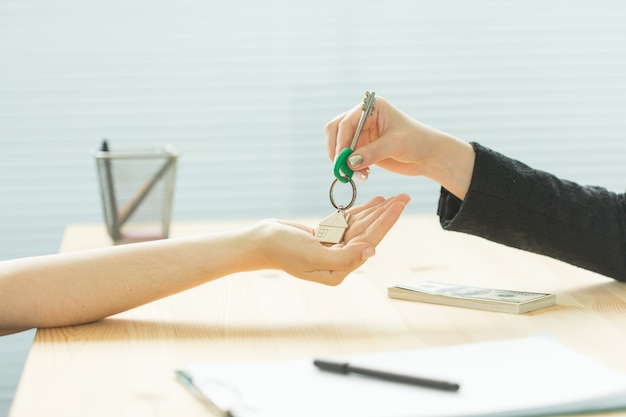 비즈니스, 부동산 중개인 및 부동산 개념-새 집에서 손에서 손으로 키
