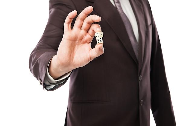 ビジネスリスクの概念-白い背景で隔離のサイコロを投げるスーツのビジネスマン