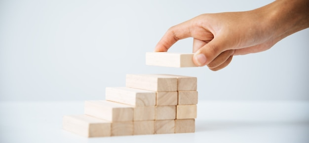 Бизнес-риски в бизнесе. требует планирования медитация должна быть осторожна при принятии решения о снижении риска в бизнесе. по мере того, как игра приближалась к деревянному блоку из башни