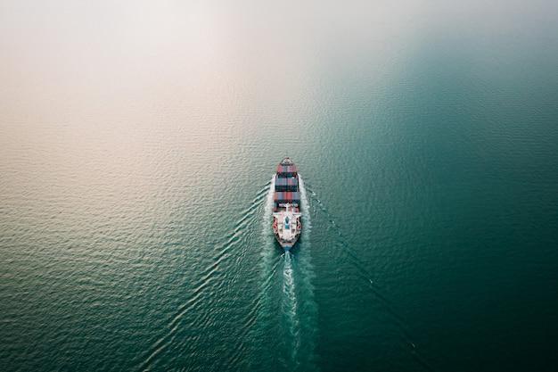 녹색 바다에서 항해하는 컨테이너 선박으로 국제 비즈니스 서비스 수입 수출