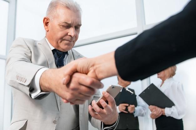 会談の前に握手するビジネス。協力の概念