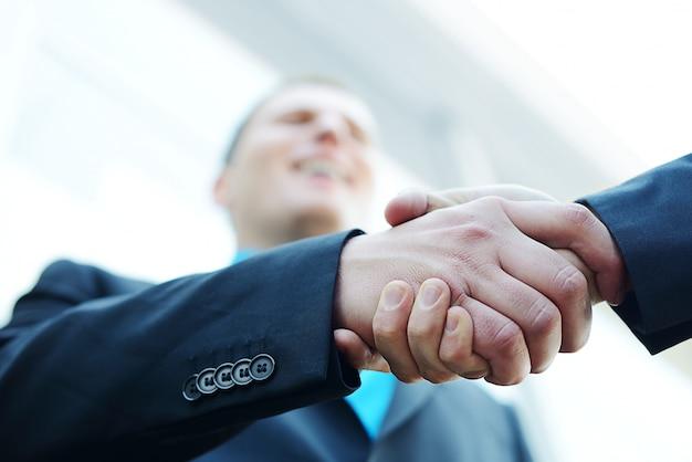 Бизнес рукопожатие с копией пространства (селективный фокус)
