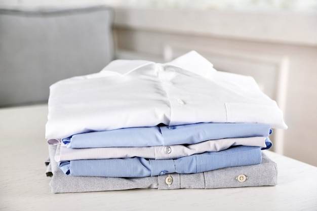 白いテーブルの上のビジネスシャツ