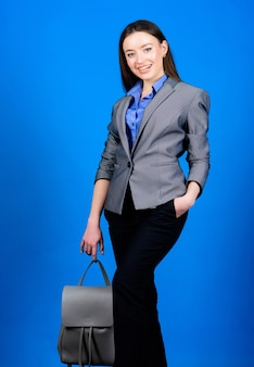 仕事。ナップザックとshoolの女の子。革のバックパックとジャケットのスタイリッシュな女性。正装の女子学生。女性のバッグファッション。学生生活。スマートな美しさ。オタク。学校の休憩時間に。
