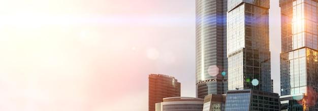 비즈니스 고층 빌딩과 모스크바의 현대적인 사무실 건물은 햇빛 비즈니스와 하늘을 배경으로...