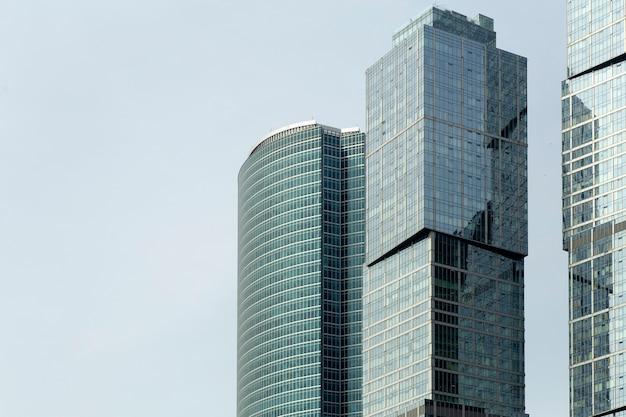 モスクワ市のビジネス高層ビルと近代的なオフィスビル