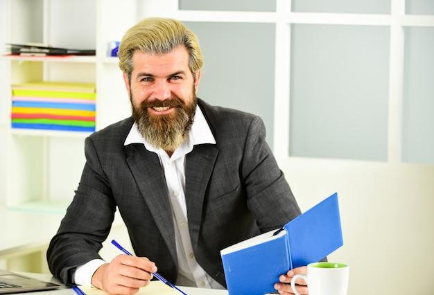 Бизнес решения. рискованное дело. бородатый босс человек сидит с ноутбуком. менеджер, решающий бизнес-задачи. интеллектуальная задача. финансовая аналитика. повышение стандартов. фондовый рынок. концепция персонала офиса.