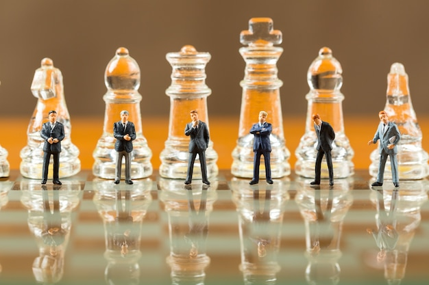 체스판에 체스 게임과 비즈니스 전략 및 팀워크 개념.