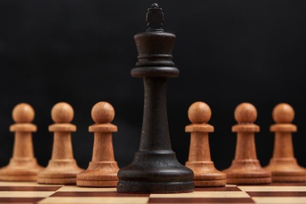 チェスの駒とビジネス戦略の概念