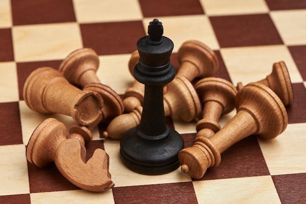 Концепция бизнес-стратегии с шахматными фигурами