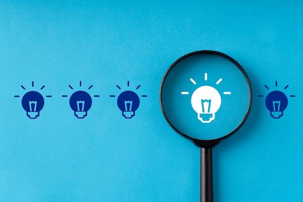 돋보기로 창의성과 아이디어 개념에 대한 비즈니스 및 전략