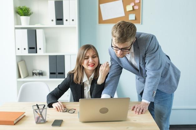 비즈니스, 스트레스와 사람들 개념-여자와 남자는 사무실에서 함께 일하고 생각하고