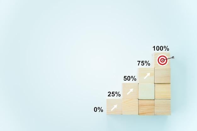 비즈니스 성공 개념, 나무 큐브가 단계적으로 배열되고 분기별 비즈니스 성장률을 보여줍니다.