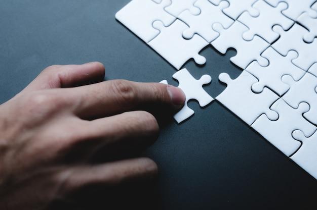 Идея концепции успеха в бизнесе: головоломка, решение для совместной работы и объединение, стратегическая команда вместе, совместная работа с задачей партнерства