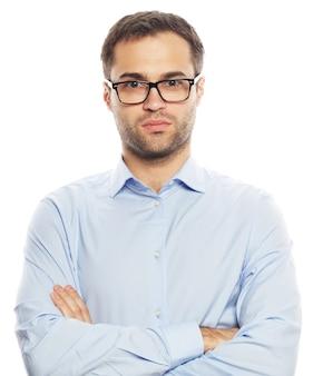 Концепция бизнеса, успеха и людей - красивый молодой деловой человек в синей рубашке, глядя на камеру, стоящую на белом фоне