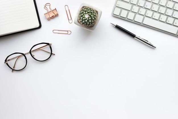 白い背景の上のモックアップ事務用品とビジネステーブルトップ。フラットレイデザイン。コピースペース