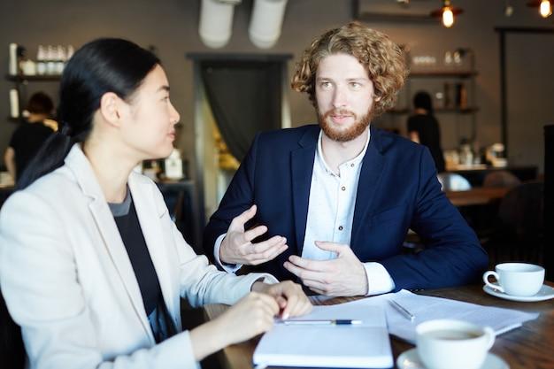 Деловой разговор в кафе